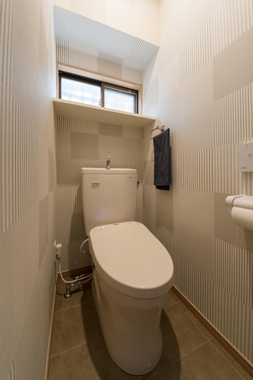1階トイレ/スタイリッシュな柄のクロスを全面に貼りました。
