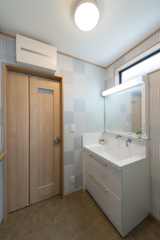 高い位置に横長の窓を設置して採光を確保。明るく爽やかなサニタリールームになりました。