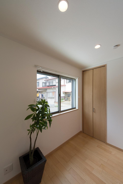 リビング隣の洋室も、リビング同様のナチュラルな配色に。