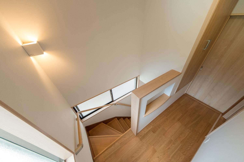 階段/間接照明と手摺を設置して昇り降りをやさしくサポートします。