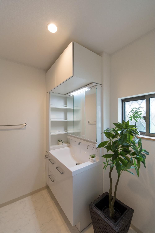 上と横にもキャビネット設置した、たっぷり収納の洗面化粧台。