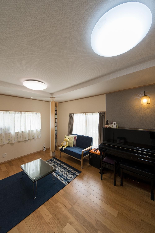 2階洋室/既存の柱が、お気に入りのCDを飾るお洒落なCDラックに大変身。