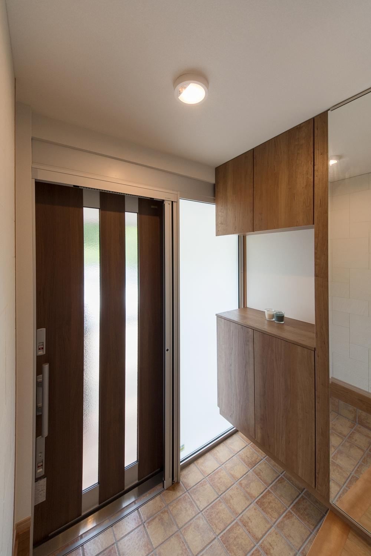 大きな収納を設えました。ガラス部分からは光が差し込み、明るく開放的で機能的な玄関になりました。