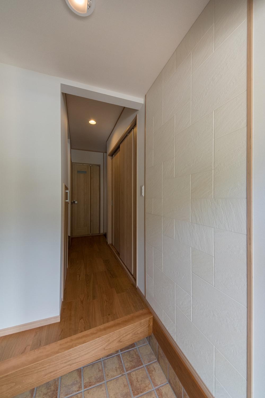 玄関に湿気を吸収して結露を抑えるエコカラットを設えました。インテリアとしても魅力的です。