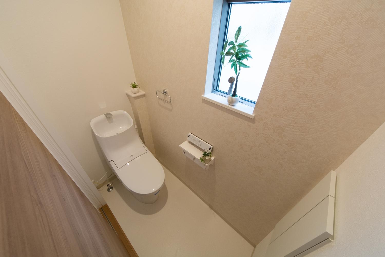 1Fトイレ/パステルトーンの花柄アクセントクロスが、エレガントな空間を演出。