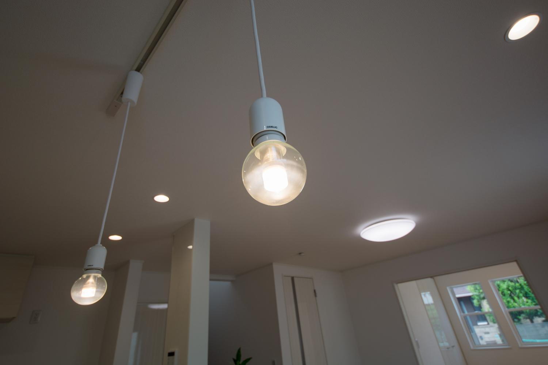 コロンとした丸いフォルムがかわいらしい電球のペンダントライト。