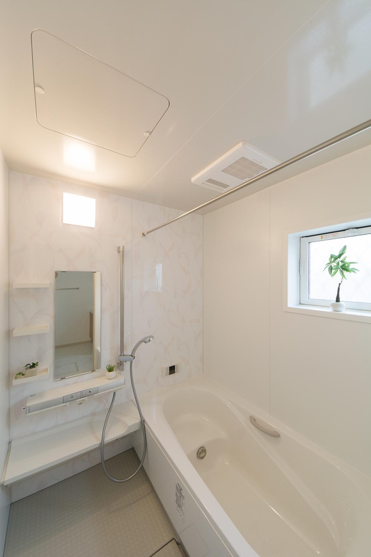 パステルトーンの柄のアクセントパネルが浴室空間を彩ります。