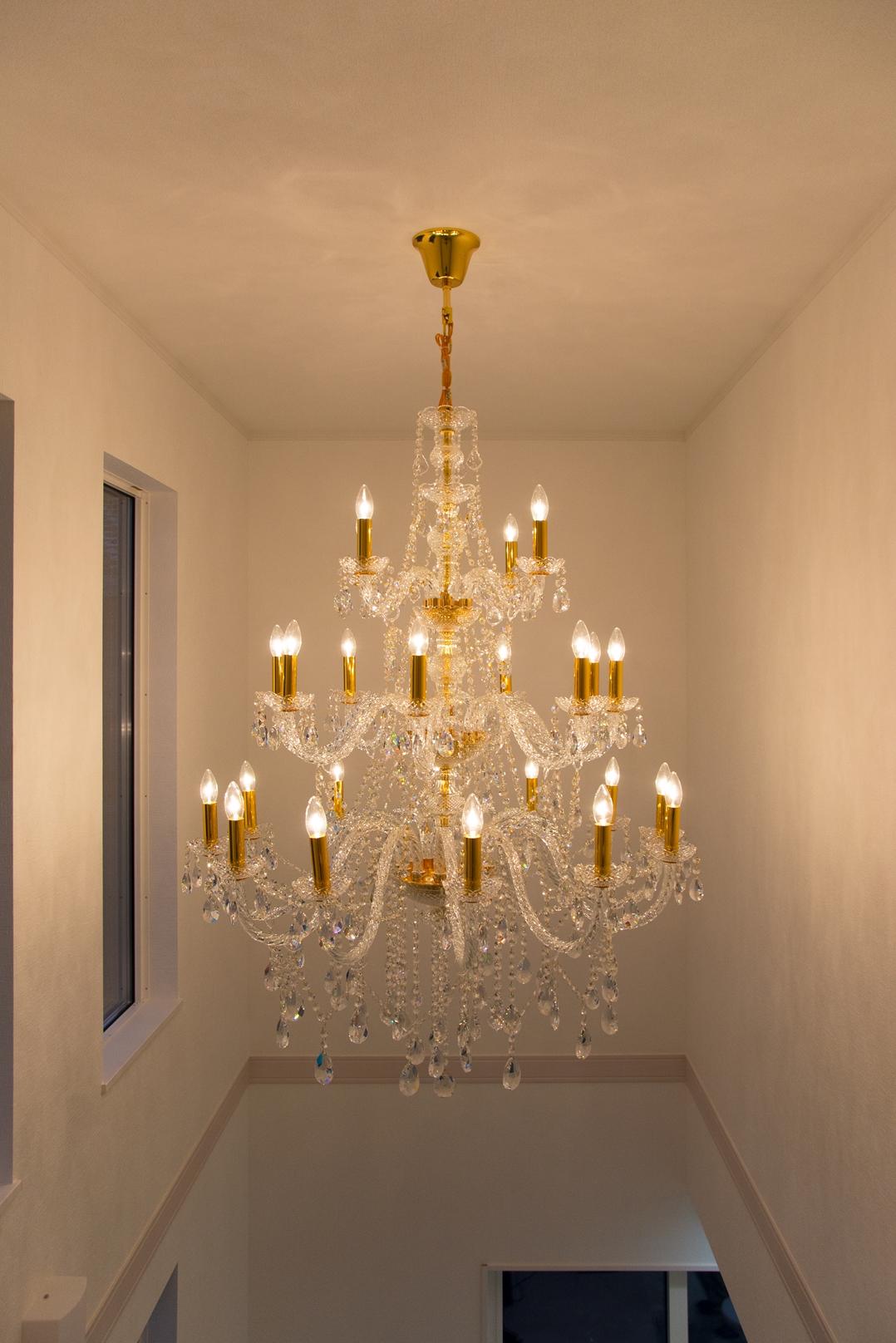 エレガントな輝きを放つゴージャスなシャンデリア。キラキラとした美しい輝きが吹き抜け空間にピッタリ!