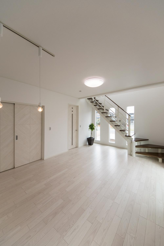 美しく繊細な木目アッシュホワイトのフローリングが窓から差し込む光を反射し、空間を優しく包み込みます。