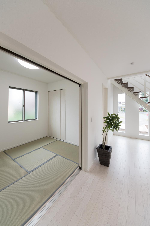 真っ白な空間にグリーンの畳。和と洋が融合したモダンなデザイン。