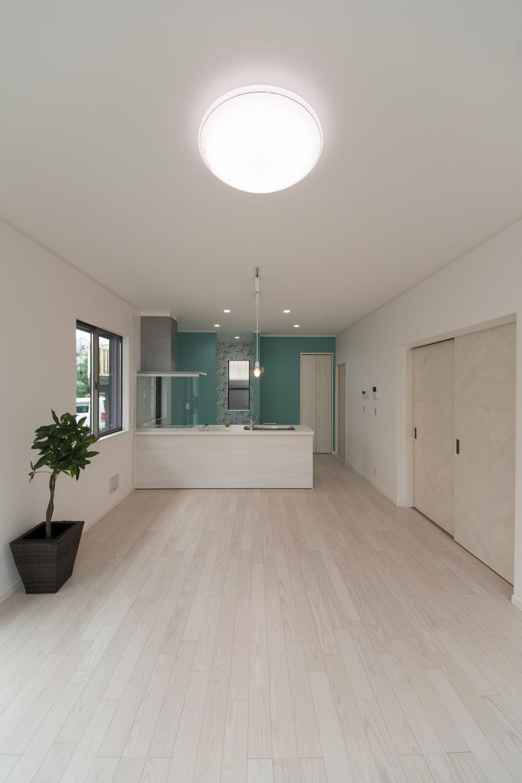 キッチン周りに施したのミントグリーン系のアクセントクロスが空間を彩ります。