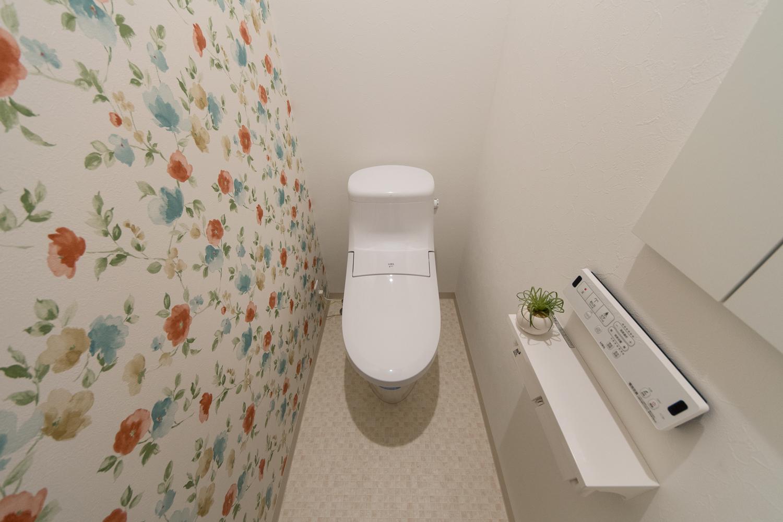1Fトイレ/大人っぽさと甘さを持ったフラワーパターンのクロスが空間を彩ります。