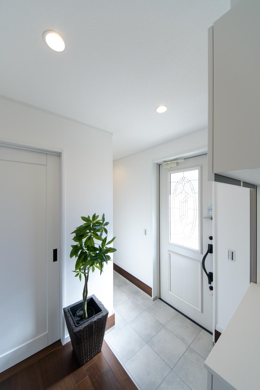 白を基調でフランス風のクラシックな邸宅をイメージ。