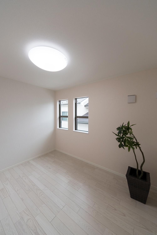 2F洋室/アッシュホワイトのフローリングが、爽やかで明るい空間を演出します。