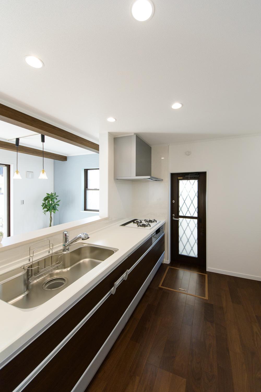 白を基調とした清潔感あるキッチン。キッチン扉をダークカラーにし、空間にアクセントをつけました。