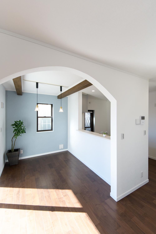 リビングとダイニングの間に施した、可愛らしいアーチ型の下り壁が空間のアクセントになっています。