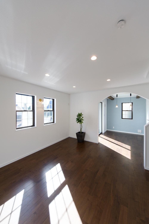 2連の上げ下げ窓が、やさしい光とさわやかな風を室内へと誘います。
