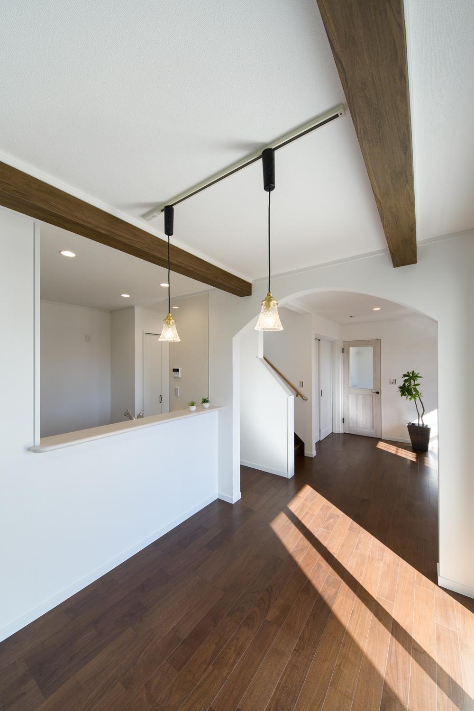 天井化粧梁でアクセントをつけたダイニングスペース。