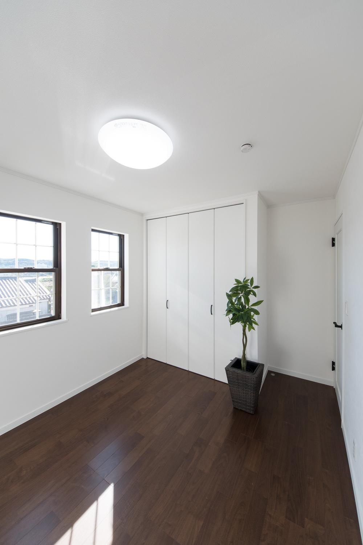 2F洋室/2連の窓が、やさしい光とさわやかな風を室内へと誘います。