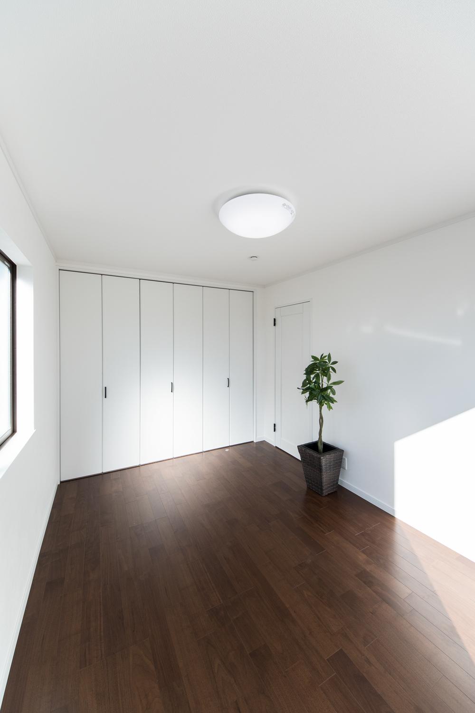 2F洋室/ブラックウォルナットのフローリングが、落ち着いた空間を演出します。