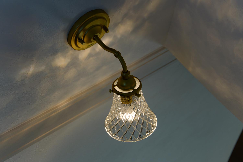 繊細なカッティングが美しいガラスの照明が空間を彩ります。(階段)