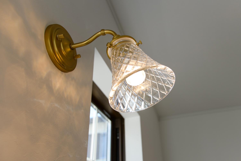 繊細なカッティングが美しいガラスの照明が空間を彩ります。(リビング)