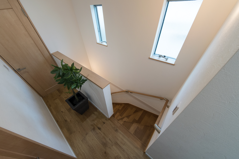 窓からの優しい光が差し込む明るい階段。