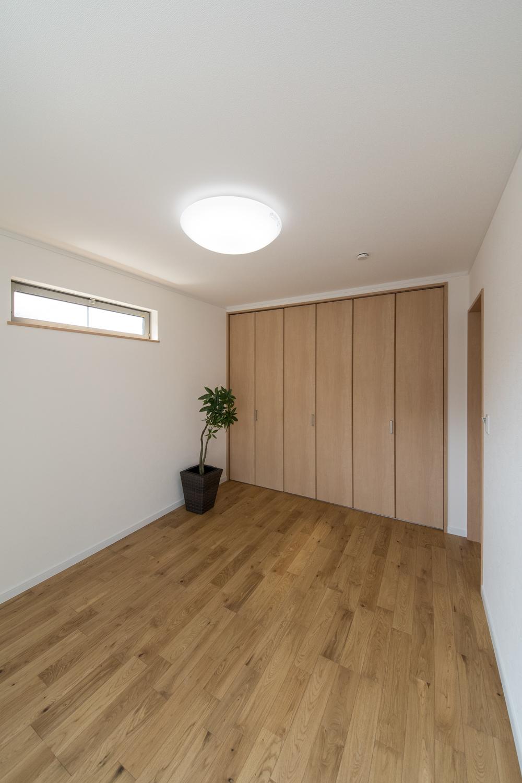 横長のデザイン窓から自然のやさしい光が降り注ぐ2階洋室。
