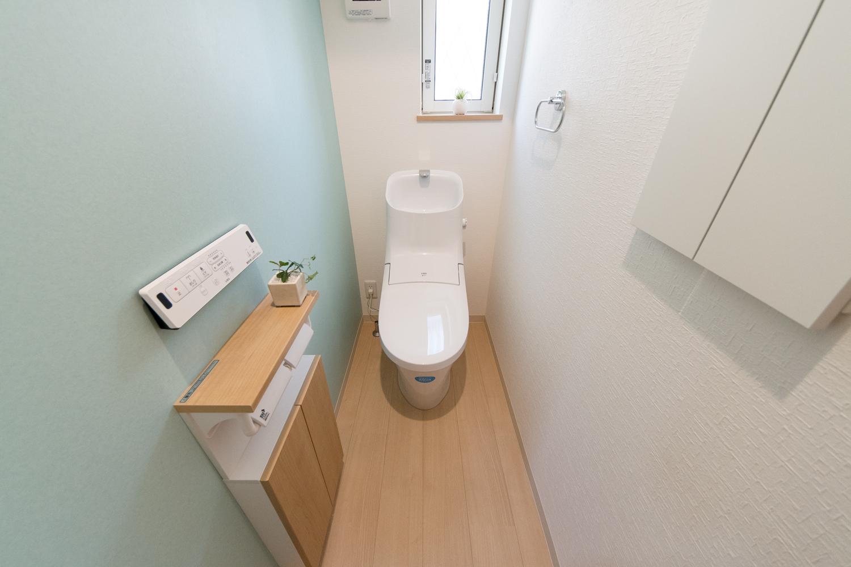 1階トイレ/ミントカラーのアクセントクロスが爽やかな空間を演出します。