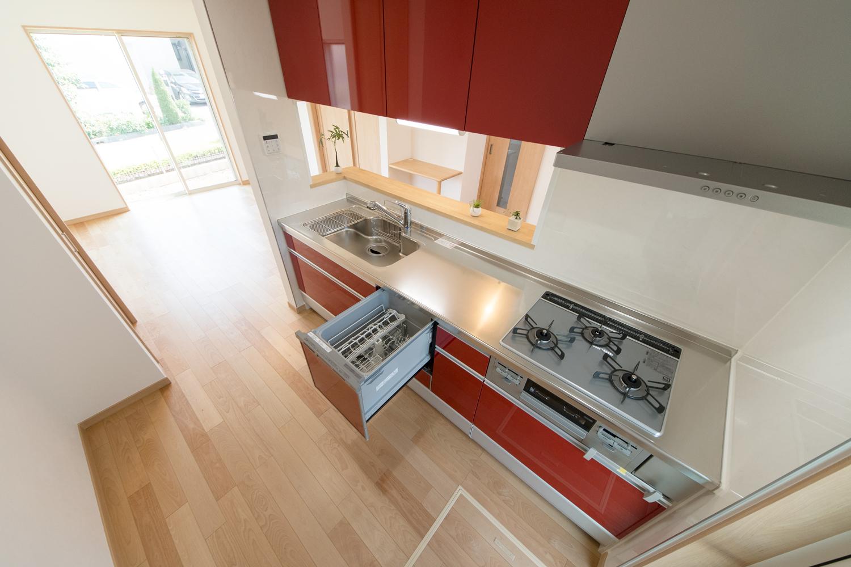 食器洗い乾燥機や吊戸棚などを施し、機能美を追及したキッチン。
