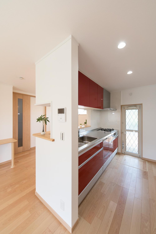 光沢扉のレッドが映える華やかなキッチン。