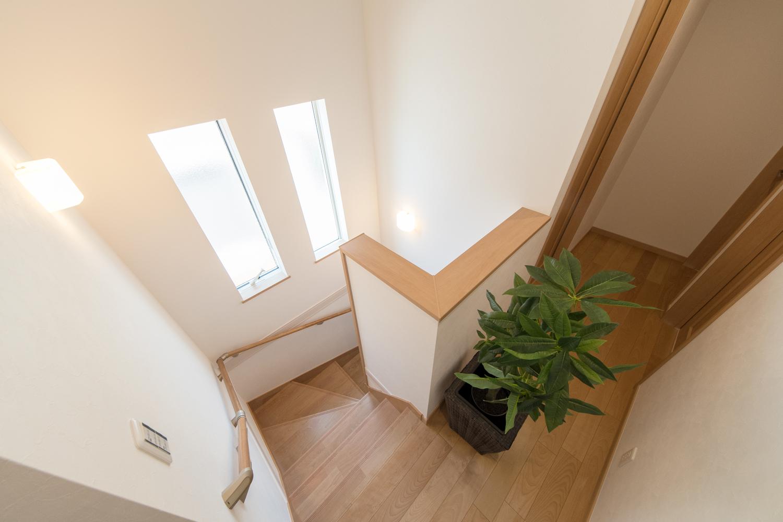 2連の縦窓を設置し、通風も採光も良く開放感ある階段に。