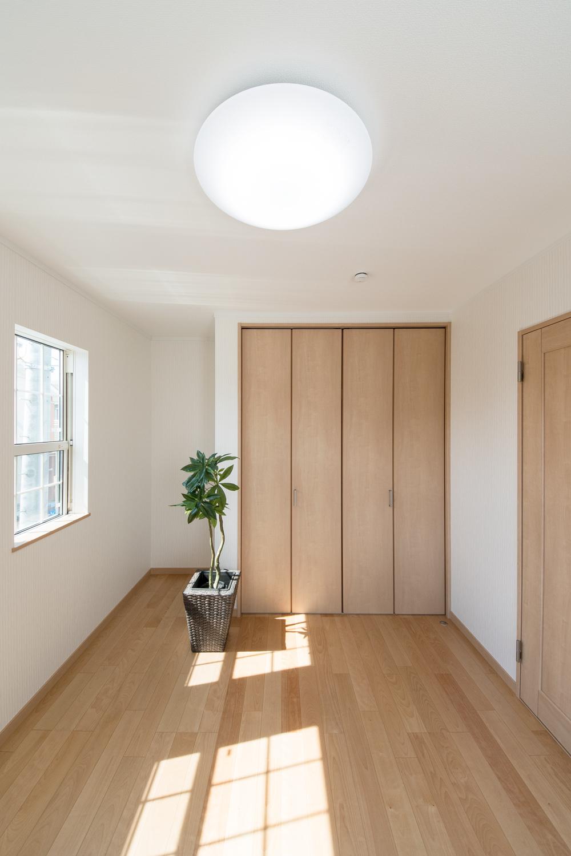 組子デザインの上げ下げ窓が、やさしい光とさわやかな風を室内へと誘います。