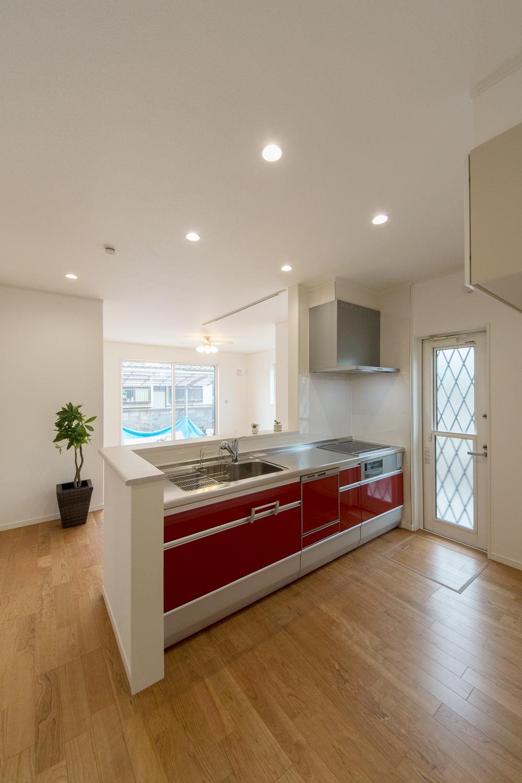 キッチン扉はビタミンカラーのレッドをアクセントにしました。