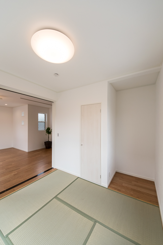 1階畳敷き洋室/一角に仏間を設え心落ち着く空間に。