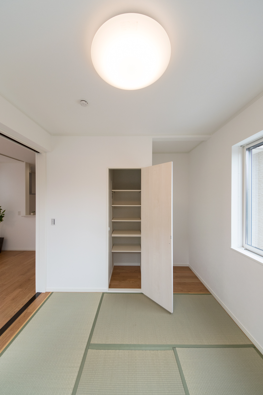 自由に高さを変えられる可動棚を設置した収納。