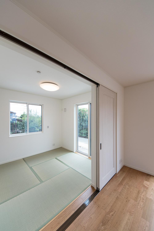 1階畳敷き洋室/扉を開けてひとつなぎになったお部屋はリビングに開放感をプラスしてくれます。