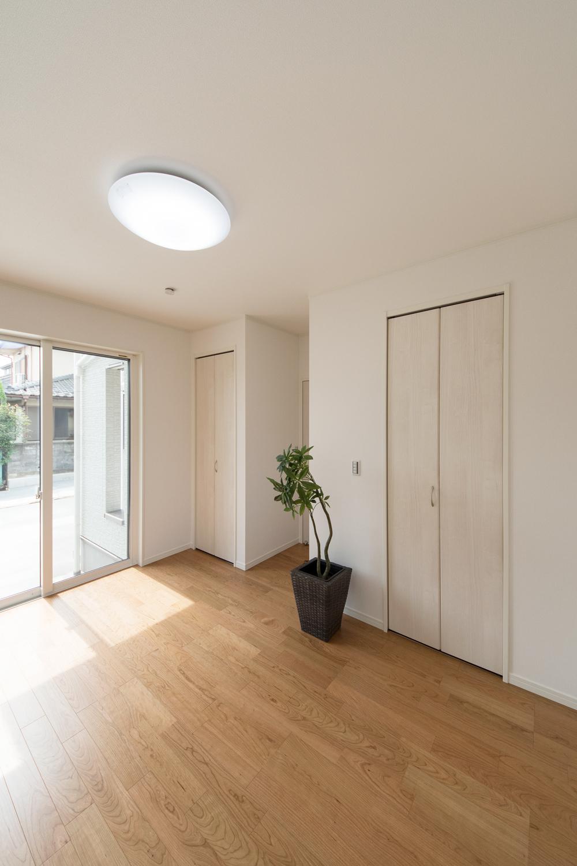 明るくナチュラルな雰囲気の1階洋室。高めの天井で(CH=2580)のびのびとした空間になりました。