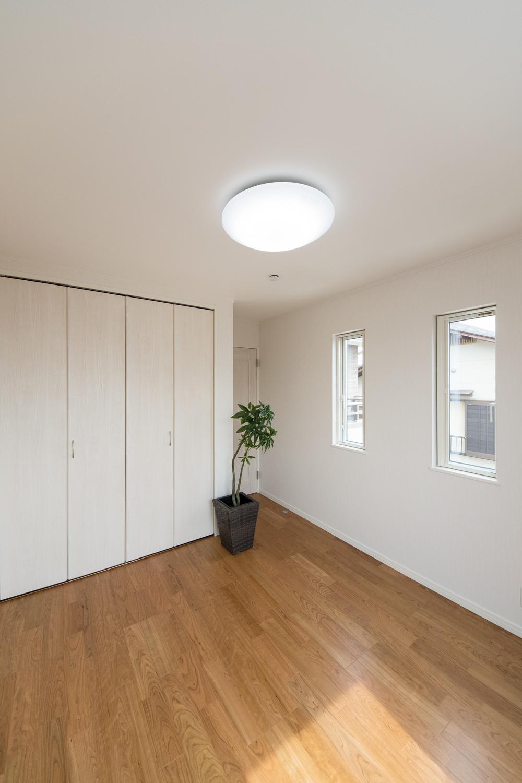 2階洋室/2連の窓が、やさしい光とさわやかな風を室内へと誘います。