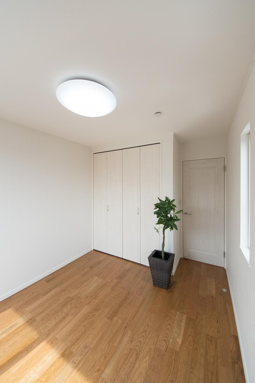 木の温もりを感じる、優しい配色の2階洋室。