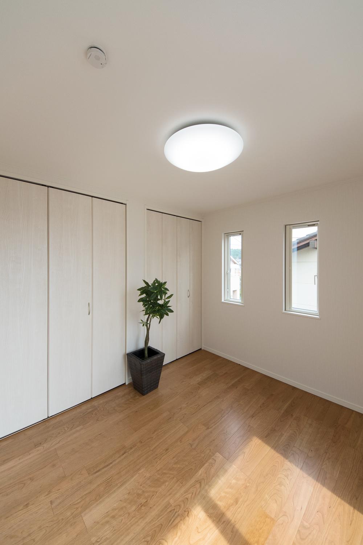 クローゼットを2箇所設えた収納豊富な2階洋室。