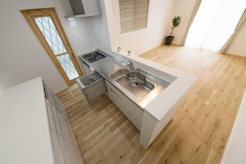 食器洗い乾燥機や、カップボード、吊戸棚を施した、見た目も使い勝手も優秀なキッチン。
