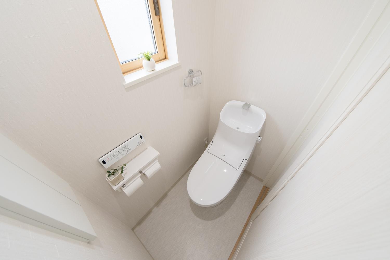 白を基調とした清潔感のある2階トイレ。小窓からの光が明るさをプラスします。