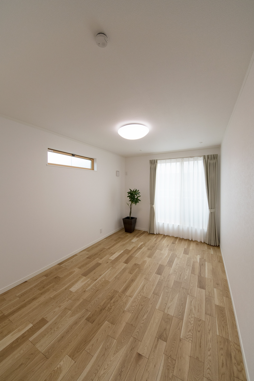 2階洋室/大きな窓と横長の窓から自然のやさしい光が降り注ぎます。