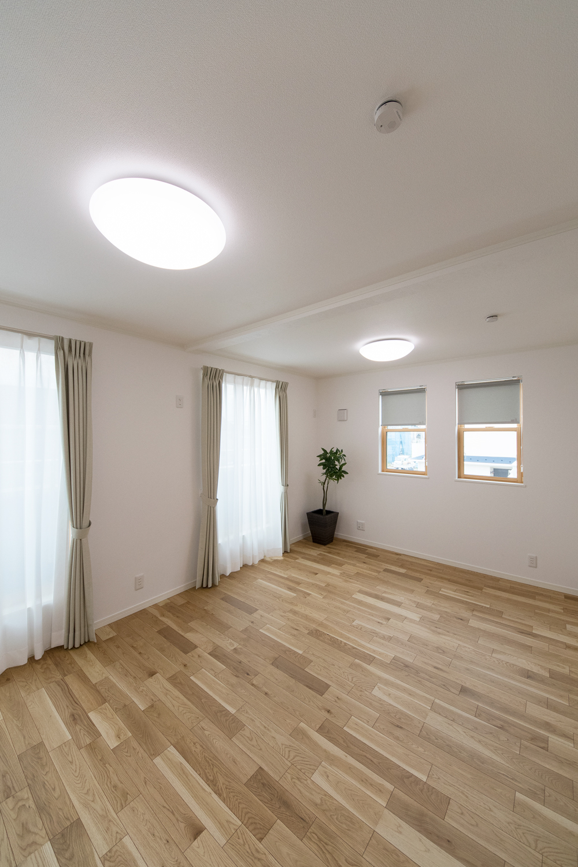 お子様の成長に合わせて、将来2部屋に出来る2ドア1ルームの2階洋室。