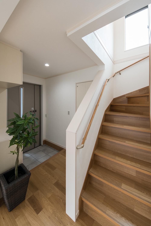 玄関と階段をリビングに直結。みんなが自然と顔を合わせられる家族思いの間取りです。