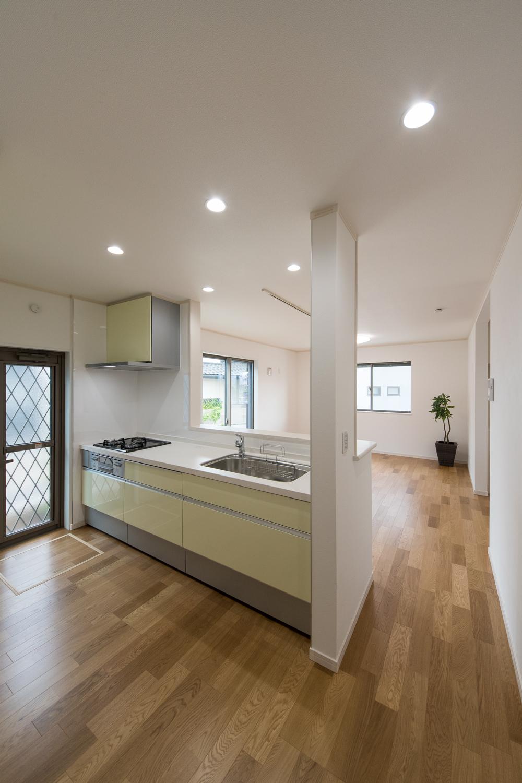 白を基調に、パステルカラーをアクセントにした清潔感のあるキッチン。