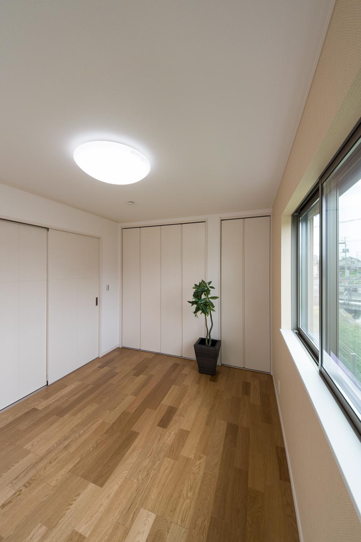 1F洋室/木のやさしい風合いを感じるオークのフローリングが、穏やかで心地のよい室内。