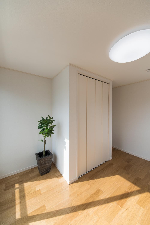 白のクロスとオークのフローリングが優しい雰囲気を演出する2F洋室。