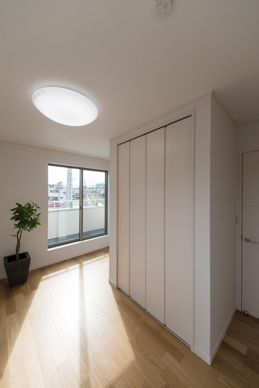 大きな窓から自然のやさしい光が降り注ぐ2F洋室。